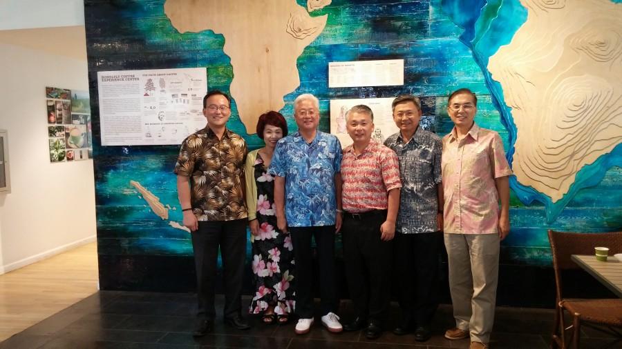 하와이 주총회 사무실에서 지방회 임원들과 함게